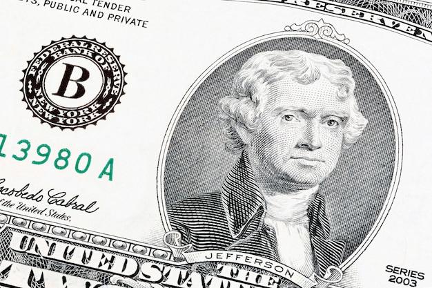 Close-up portrait of president jefferson end print of federal reserve system sur un billet de deux dollars. photos empilées.