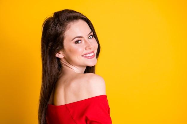 Close-up profil vue de côté portrait d'elle elle attrayante adorable coquette coquette gai fille aux cheveux bruns bien entretenue posant fond isolé brillant vif éclat vibrant fond de couleur jaune