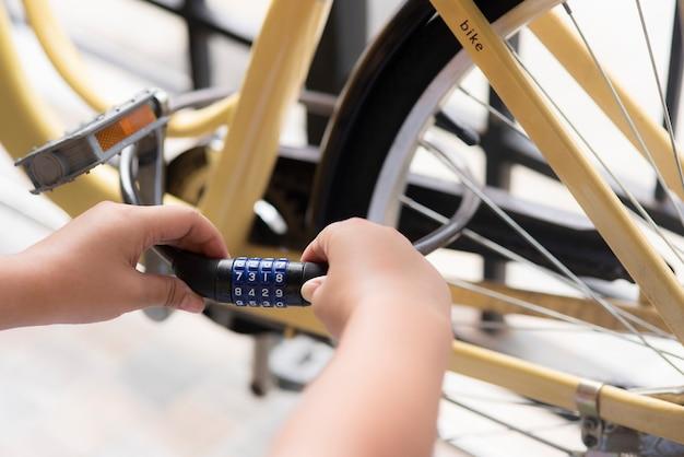 Close up remettez le verrou de cryptage, le verrouillage du mot de passe, le fil métallique pour éviter que la machine ne soit volée