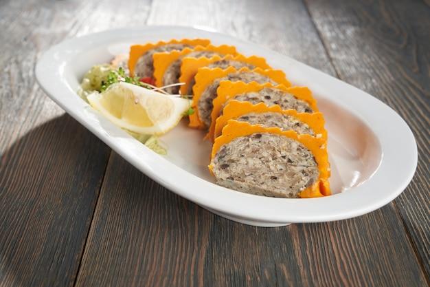 Close up de riz mélangé avec de la pâte de crevettes sur une plaque blanche plat sain thaïlandais