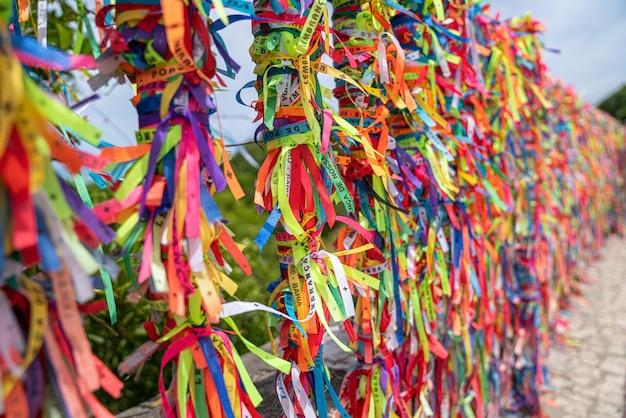 Close up de rubans colorés contre à arraial d'ajuda, bahia, brésil