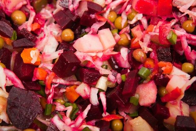 Close up salade de légumes isolé sur fond blanc