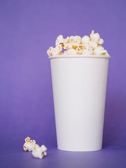 Close-up savoureuse boîte de pop-corn prête à être servie