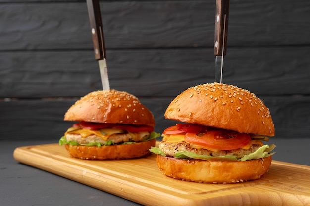 Close up de savoureux burger frais sur fond noir