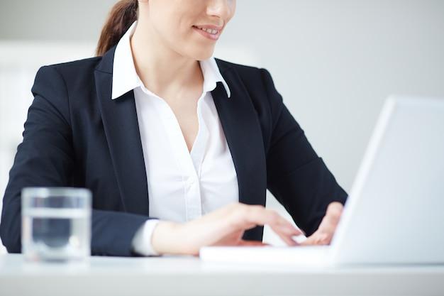 Close-up de secrétaire à la recherche d'informations