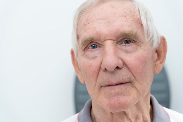 Close-up senior man avec des problèmes de vue