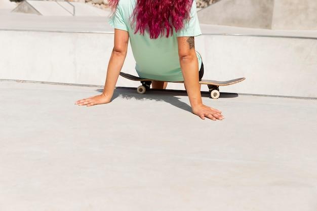 Close up skater avec board in park