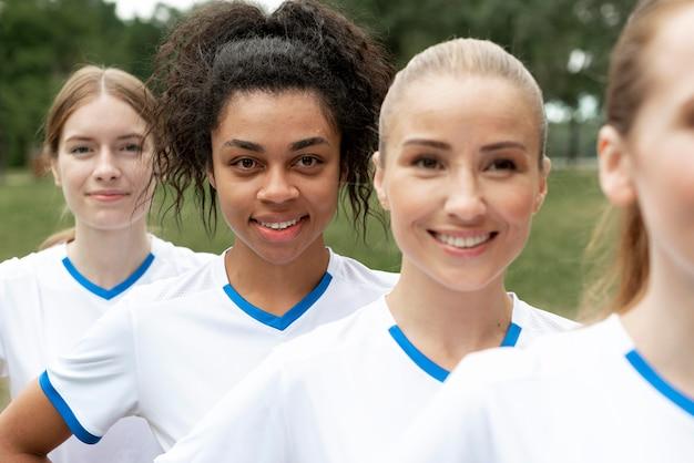 Close-up smiley femmes posant à l'extérieur