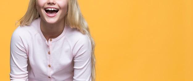 Close-up smiley girl sur fond jaune