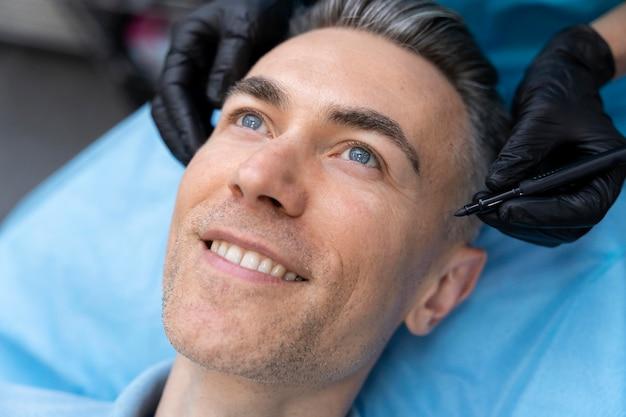 Close up smiley patient sur table