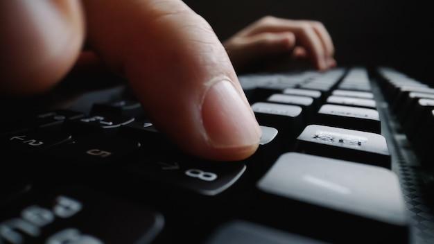 Close-up soft-focus doigt tapant sur le clavier