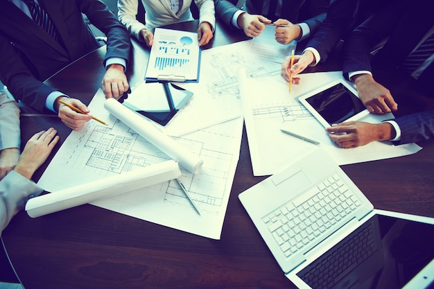 Close-up de la table de travail avec des rapports et des plans