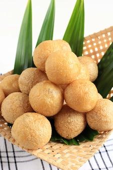 Close up tahu bulat (tofu rond), plat préféré indonésien, frit et assaisonné avec de la poudre d'assaisonnement. servi dans une assiette en bambou (pincuk)