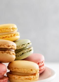 Close-up tas de macarons sucrés