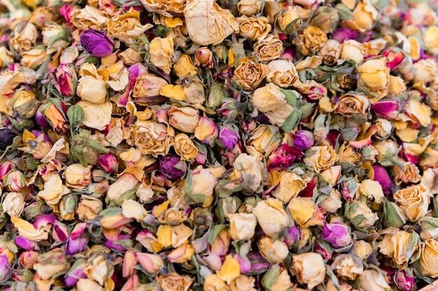 Close up tas de roses colorées séchées au marché turc