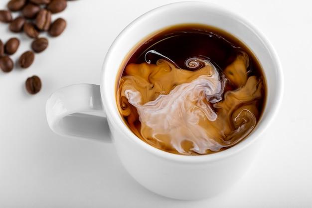 Close-up tasse de café biologique avec du lait