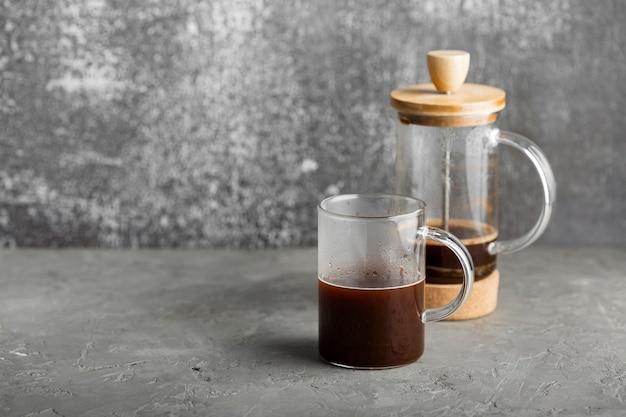 Close-up tasse de café frais sur la table
