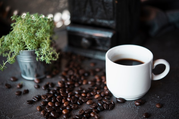 Close-up tasse de café avec des haricots grillés