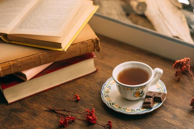 Close-up tasse de thé avec des livres