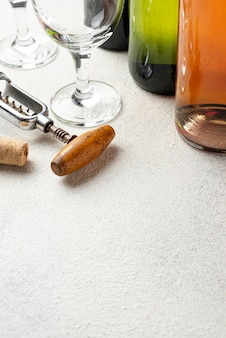 Close-up tire-bouchon et bouteilles de vin