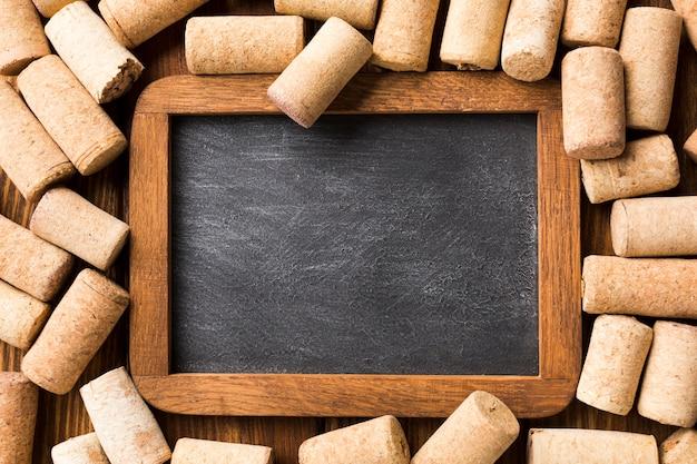 Close-up top view blackboard avec des bouchons en liège