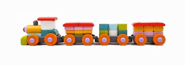 Close up train jouet coloré peint en bois isolé sur fond blanc, vue latérale
