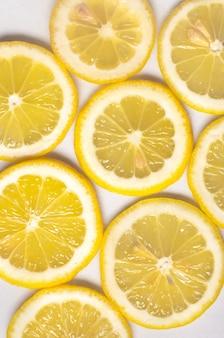 Close up de tranches de citron jaune frais