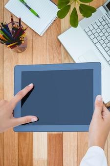 Close-up de travailleur utilisant sa tablette