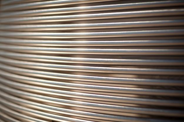 Close-up tuyaux métalliques disposés parallèlement