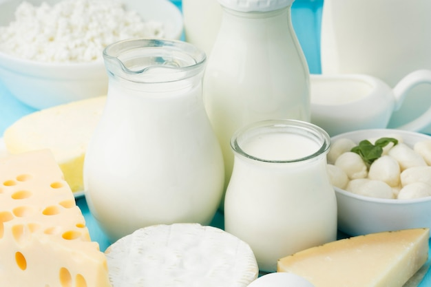 Close-up variété de fromage avec mik bio