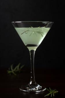 Close-up verre rafraîchissant de cocktail prêt à être servi