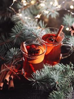 Close up verres de vin chaud traditionnel prêt à être servi