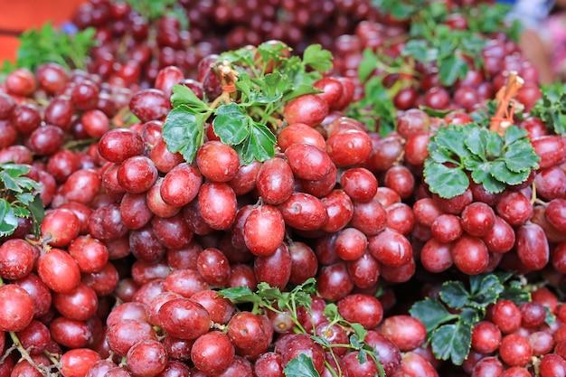 Close-up vin rouge raisins fruits au marché local.