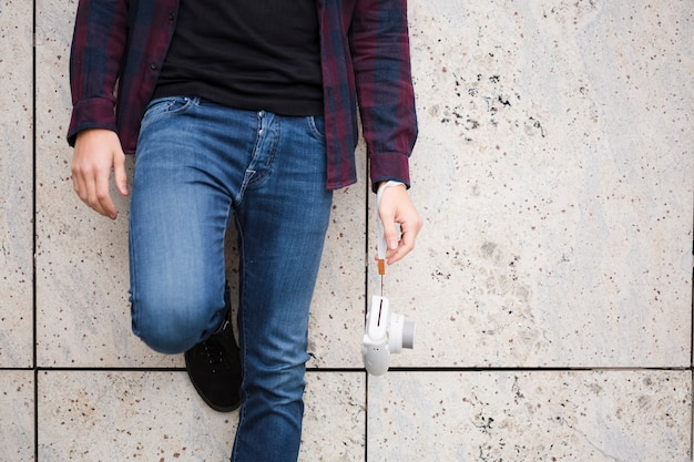 Close-up voyageur élégant en jeans