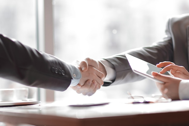 Close up.welcome partenaires commerciaux de poignée de main. concept d'entreprise