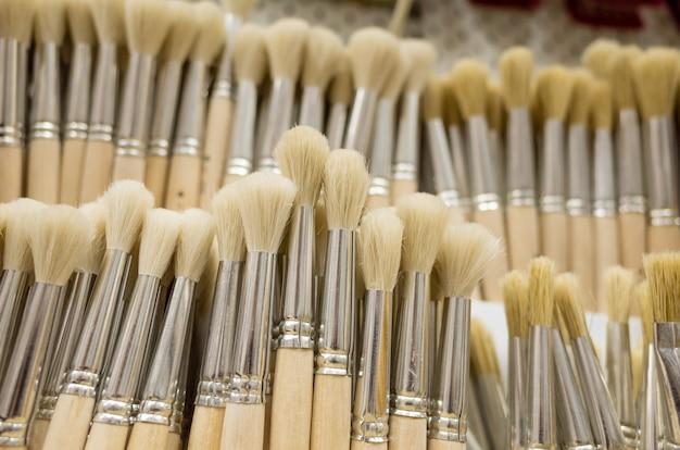 Closeup art brushes dans un magasin de créativité