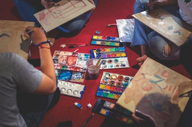 Closeup artist avec crayon dessiner en studio d'arts