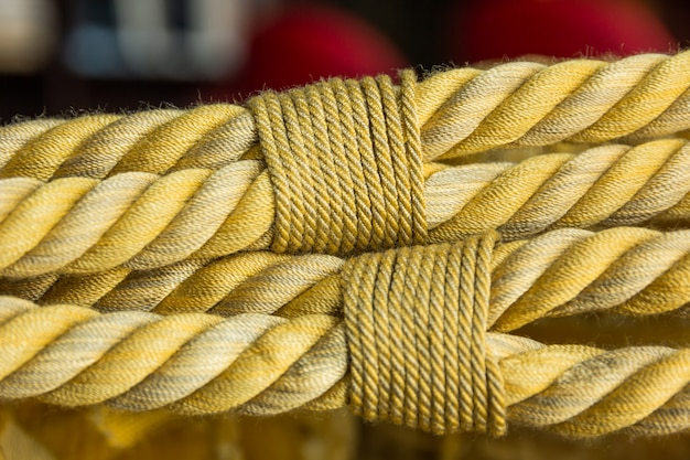 Closeup belle corde dorée en soie