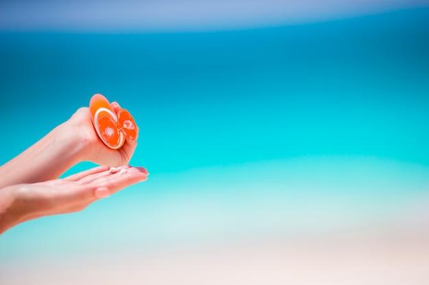 Closeup bouteille de crème solaire eau turquoise