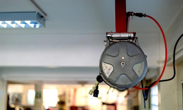 Closeup compresseur électrique pompe à air dans le garage moto