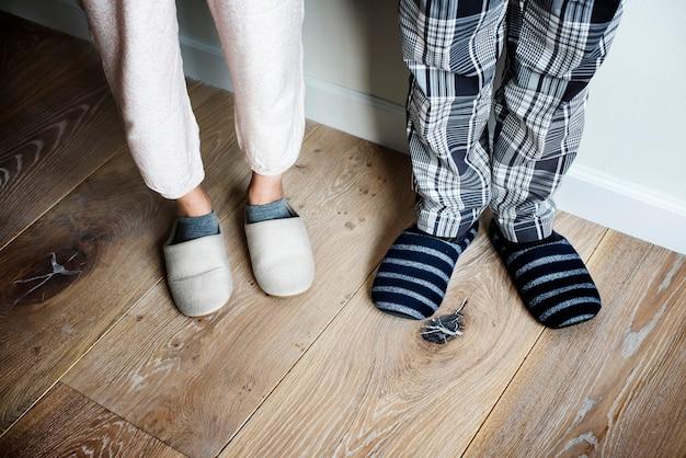 Closeup, couple, pantoufles, plancher bois