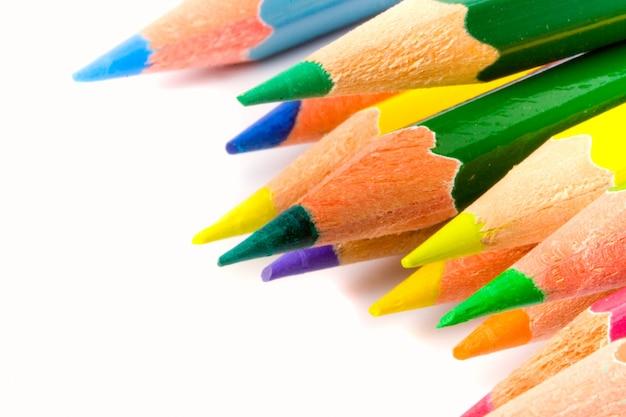 Closeup crayons de couleur sur blanc