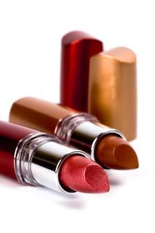 Closeup deux rouges à lèvres sur fond blanc