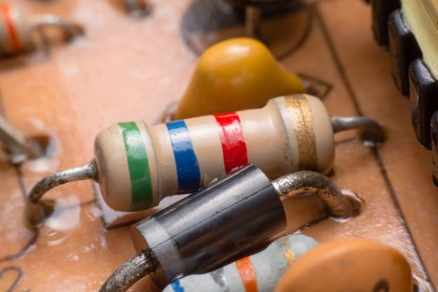 Closeup electronic hardware resistor sur le circuit imprimé