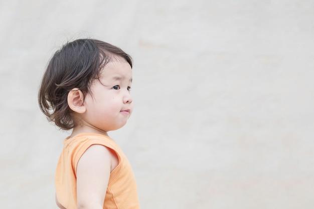 Closeup, enfant asiatique, regarder, espace, à, sourire, visage
