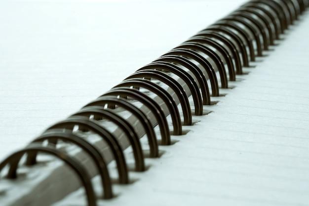 Closeup extrême d'un bloc-notes closeup pour ordinateur portable en spirale comme maquette pour votre conception.