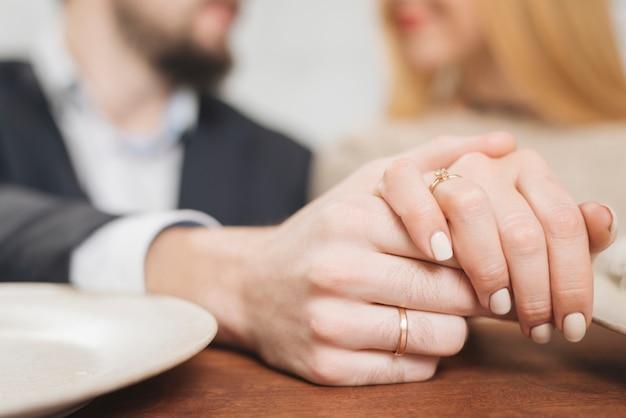 Closeup, femme, homme, tenant mains