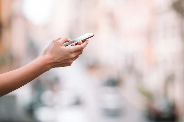 Closeup, femme, mains, tenue, téléphone portable, dehors, rue, femme, utilisation, mobile, smartphone,