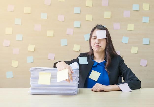 Closeup femme qui travaille ennuie son travail