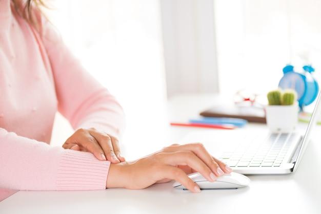 Closeup femme tenant son poignet douleur d'utiliser l'ordinateur. syndrome de bureau